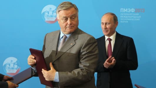Vladimir Yakunin (L) and Vladimir Putin at SPIEF