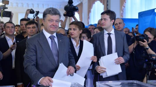 Ukrainian presidential candidate Petro Poroshenko casts his ballot in a polling station in Kiev on May 25, 2014.
