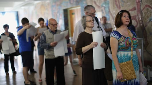 People queue to cast their vote in a polling booth on May 25, 2014 in Kiev, Ukraine.