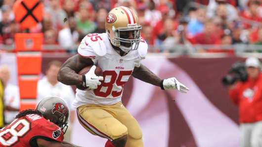 Tight end Vernon Davis #85 of the San Francisco 49ers runs against the Tampa Bay Buccaneers December 15, 2013 in Tampa, Florida.