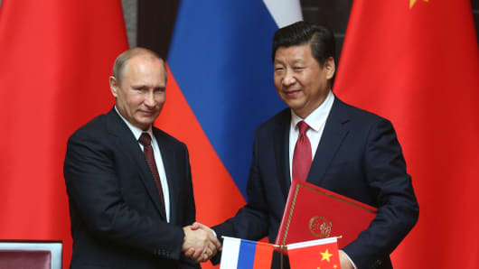 Russian President Vladimir Putin and Chinese President Xi Jingping attend a welcoming ceremony on May 20, 2014 in Shanghai, China.
