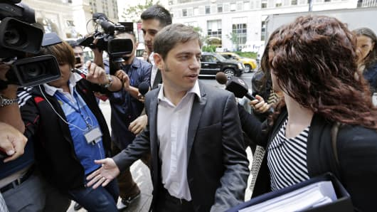 Argentine Economic Minister Axel Kicillof is surrounded by members of the media as he arrives at an office to continue meetings with mediator Daniel Pollack in New York, July 30, 2014.