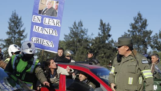 A protester holds up a placard showing a picture of U.S. District Judge Thomas Griesa from a car while demonstrating against layoffs at U.S. automotive supplier Lear in front of its factory on the outskirts of Buenos Aires August 8, 2014.