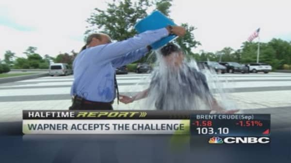 CNBC's Wapner accepts ice bucket challenge
