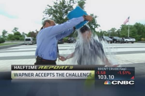 CNBC's Wapner accepts ice bucket challenge