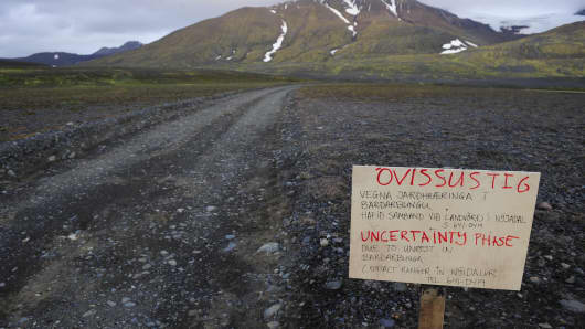 A warning sign blocks the road to Bardarbunga volcano, some 20 kilometres (12.5 miles) away, in the north-west region of the Vatnajokull glacier August 19, 2014. The threat of an eruption of Iceland's Bardarbunga volcano has increased, according to the Icelandic Meteorological Office, with 'intense seismic activity' and 'ongoing magma movement' reported at the site of the volcano.