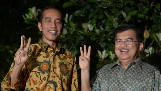 Indonesian president-elect Joko Widodo (L) and vice president-elect Jusuf Kalla gesture after a press conference in Jakarta on August 20, 2014.