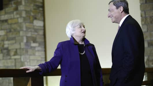 Janet Yellen speaks with Mario Draghi at the Jackson Hole economic symposium, Aug. 22, 2014.