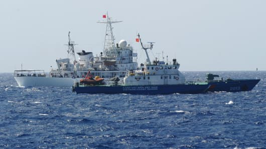 Coast guard vessels from China (rear) and Vietnam in a disputed part of the South China Sea near China's oil drilling rig, May 14, 2014.