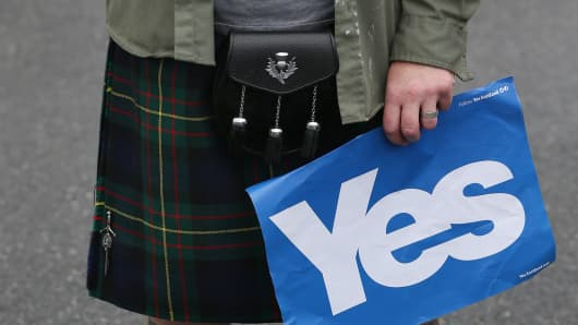 A Yes campaigner in a kilt waits to meet First Minister Alex Salmond on September 18, 2014 in Turriff, Scotland.
