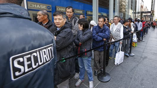 Customers line up to enter the Fifth Avenue Apple Store to purchase the new iPhone 6 and iPhone 6 Plus in New York, Sept. 19, 2014.