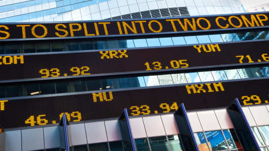 Ticker showing news of Hewlett-Packard planning to split into two companies, New York, Oct. 5, 2014.
