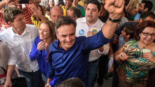 Presidential candidate Aecio Neves (C) of the Brazilian Social Democracy Party (PSDB) and his wife Leticia Weber arrive to vote in general elections in Belo Horizonte, Oct. 5, 2014.