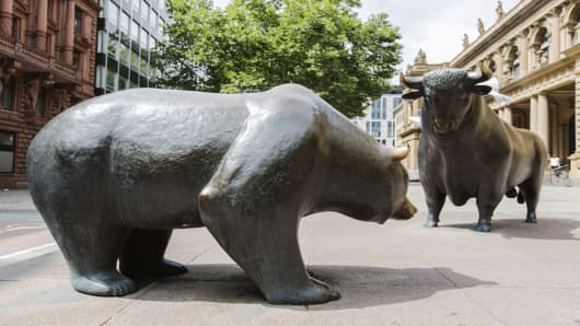 The bear and bull statue outside the Frankfurt Stock Exchange