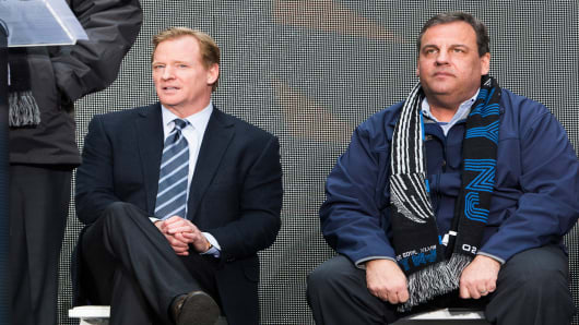 NFL Commissioner Roger Goodell (L) and New Jersey Gov. Chris Christie attend a ceremony for the NFL Super Bowl Host Committee, February 1, 2014 in New York City.