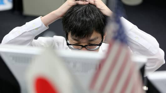 Japanese foreign exchange dealer, yen falling