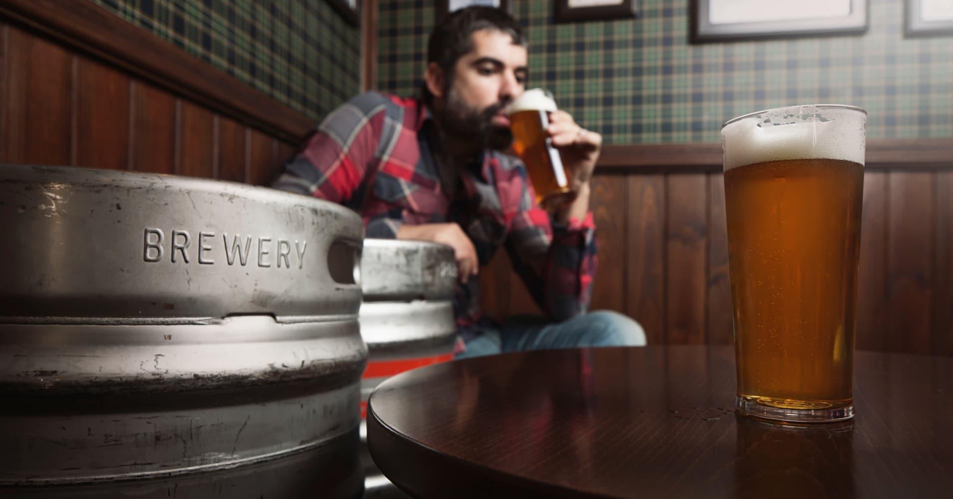 Resultado de imagen para drinking craft beer