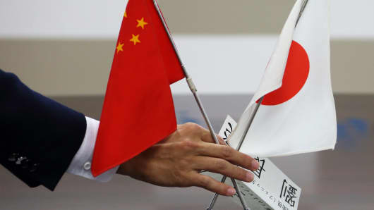 The Chinese and Japanese flags are arranged for a meeting.