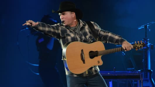 Garth Brooks performs on stage at Allstate Arena on September 5, 2014 in Rosemont, United States. (Photo by Daniel Boczarski/Redferns via Getty Images)