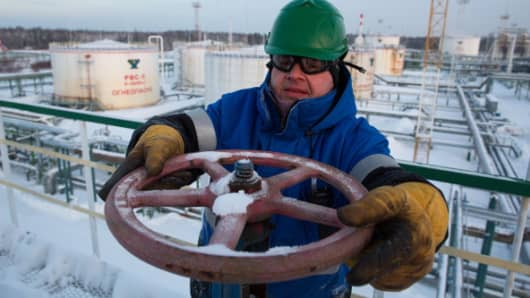 Oil hovers near $70 highs while U.S. and Canada output increases