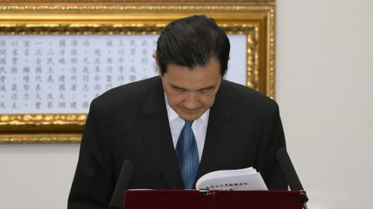 Taiwan President Ma Ying-jeou bows to resign as chairman of the ruling KMT on December 3.