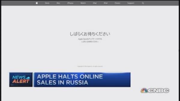Apple halts online sales in Russia