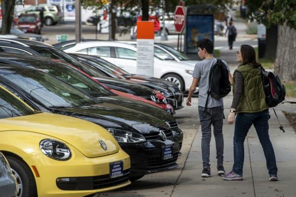 People looking at cars at a dealership in Washington.