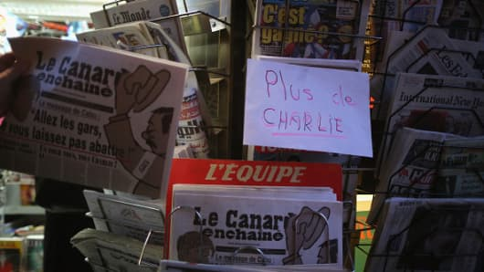 A newstand notifies that the latest edition of Charlie Hebdo is sold out