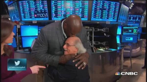 Shaq kisses tiny trader