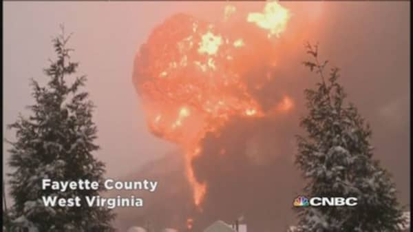Train carrying oil explodes in West Virgina