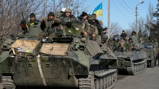 Ukrainian servicemen leave an area near Debaltseve, Ukraine, Feb. 18, 2015.