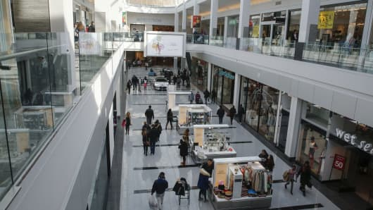 People are seen walking through Roosevelt Field shopping mall in Garden City, N.Y., Feb. 22, 2015. The chief of U.S. homeland security said on Sunday he takes seriously an apparent threat by Somali-based Islamist militants against prominent shopping sites in the West including the Mall of America in Minnesota and urged people there to be careful.