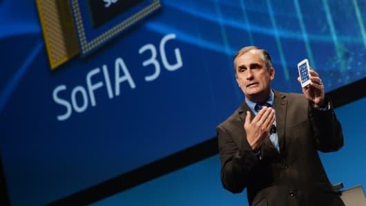 Intel CEO Brian Krzanich demonstrates a working SoFIA Intel® Atom™ processor-based smartphone