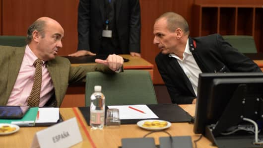 Greek Finance Minister Yanis Varoufakis (R) and Spanish Finance Minister Luis De Guindos Jurado (L) are seen during an emergency meeting of Eurozone finance ministers to discuss the Greece bailout program at the European Council in Brussels on February 20, 2015.