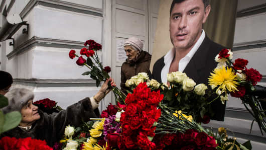 People bring flowers during a farewell ceremony for Russian opposition leader Boris Nemtsov at Sakharov Museum on March 3, 2015 in Moscow, Russia.