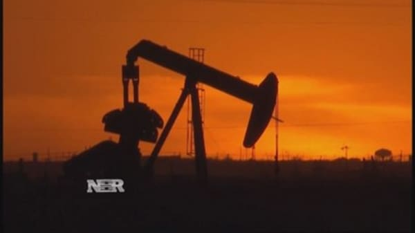 Oil prices dip on strong dollar