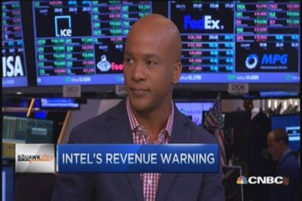 Intel falls after cutting guidance