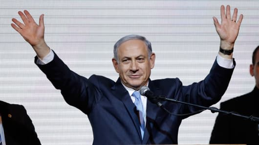 Israeli Prime Minister Benjamin Netanyahu waves to supporters at the party headquarters in Tel Aviv March 18, 2015.
