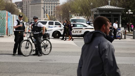 U.S. Secret Service Uniform Division officers block traffic at the intersection of 17th Street Northwest and Pennsylvania Avenue after an electrical blackout affected the White House and other government buildings in the area April 7, 2015 in Washington.