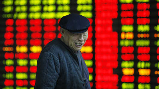 An investor observes stock market at a stock exchange corporation on April 10, 2015 in Huaibei, Anhui province of China. The Shanghai composite index rised nearly 2% to 4,000 points at its close which reached the highest points in latest 7 years.