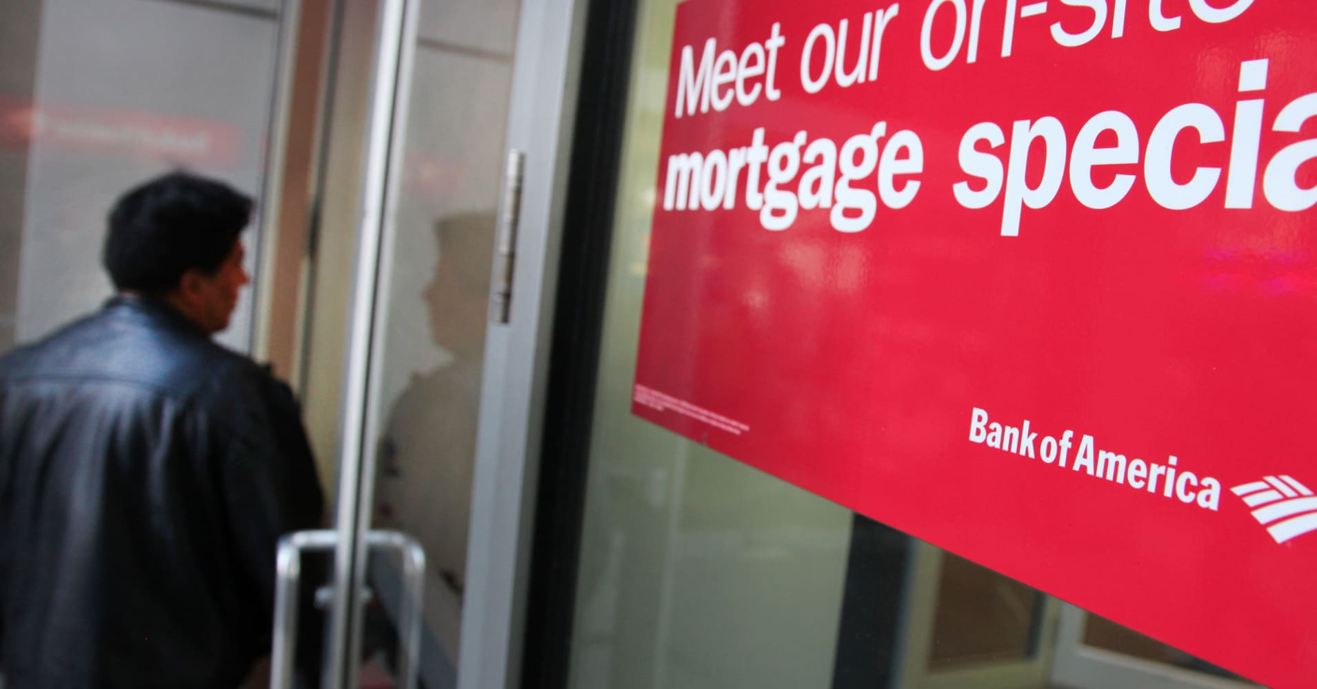 Mortgage applications surge 13.5% as borrowers rush to take advantage of lower rates