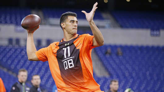 Oregon quarterback Marcus Mariota throws a football during the 2015 NFL Scouting Combine in Indianapolis, Feb. 21, 2015.