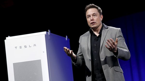 Tesla Motors CEO Elon Musk reveals a Tesla Energy battery for businesses and utility companies during an event in Hawthorne, Calif., April 30, 2015.
