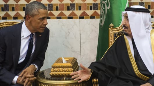 Saudi new King Salman (R) meets with US President Barack Obama at the Erga Palace in the capital Riyadh on January 27, 2015.