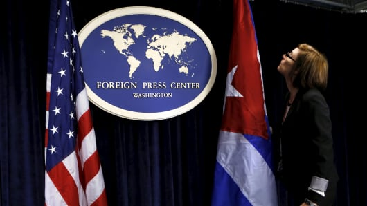 The Foreign Press Center staff sets up U.S. and Cuba flags before a news conference in Washington, after the fourth round of U.S.-Cuba talks to re-establish diplomatic relations and reopen embassies, May 22, 2015.