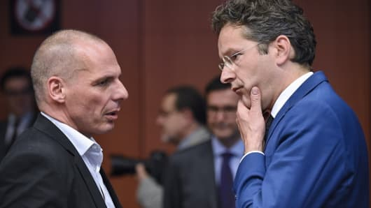 Greek Finance Minister Yanis Varoufakis (L) talks with Dutch Finance Minister and president of Eurogroup Jeroen Dijsselbloem before an Eurogroup Council