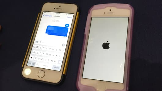 A glitch that allows you to text and turn someone's phone off has been discovered with Apple's iPhones.