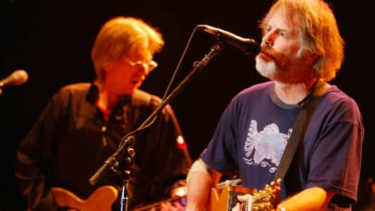 Phil Lesh (L) and Bob Weir (R) of the Grateful Dead.