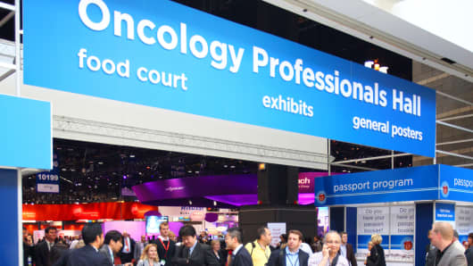 Attendees walk through the lobby at the American Society of Clinical Oncology (ASCO) annual meeting in Chicago. (File Photo).