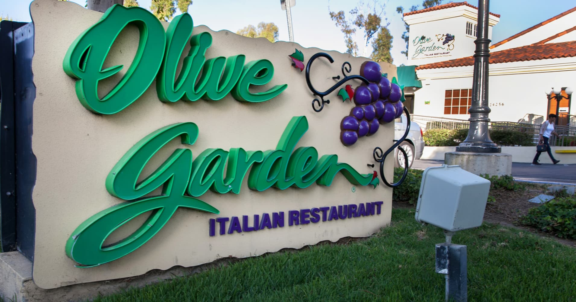 Shares of Olive Garden parent pop 4.3% on strong earnings beat